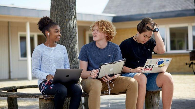 Sommerskolen - 3 elever med computer