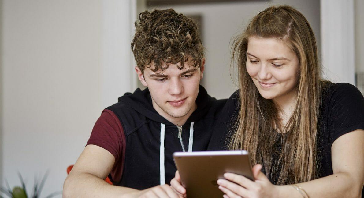 To unge lærer dansk online på tablet