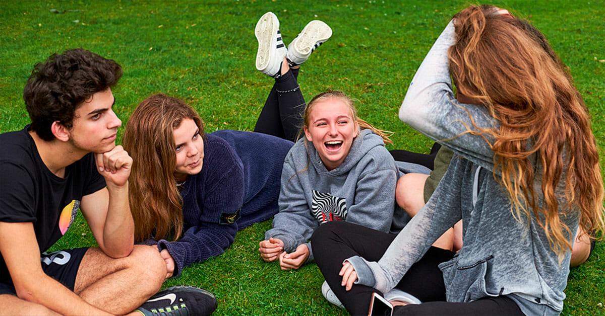 Unge sammen på en græsplæne