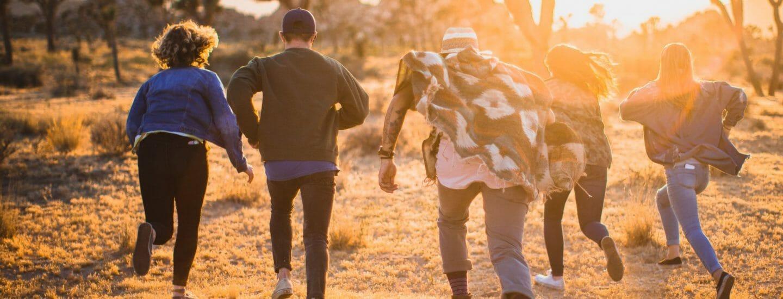Mennesker løber i ørkenen, Danes Worldwide