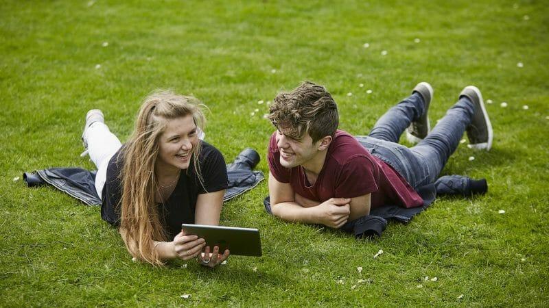 Jonathan og Marie laver dansk fjernundervisning udbudt af Danes Worldwide.