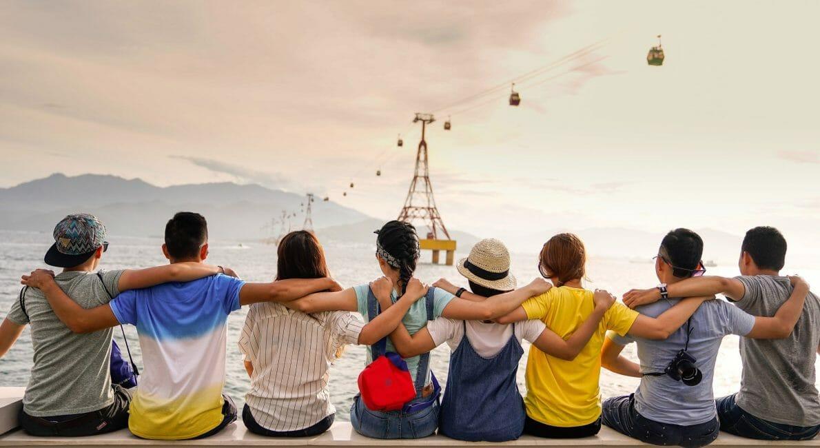 8 børn der sidder ved en havkant