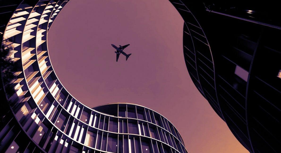 Fly i luften mellem bygninger