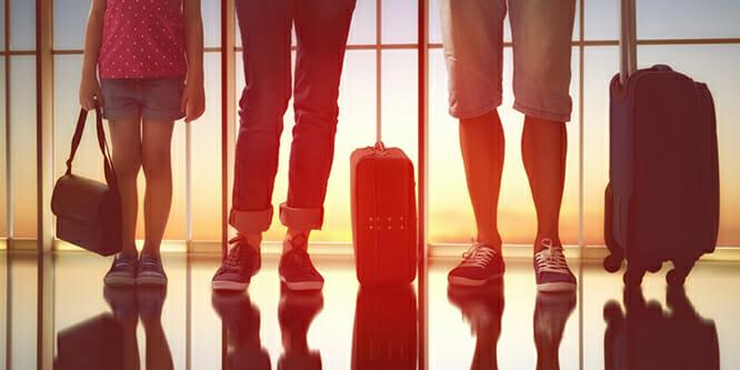 Familie i lufthavn
