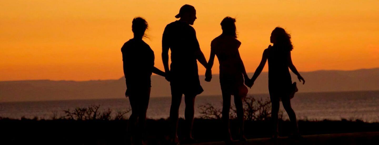 4 mennesker ved solnedgang