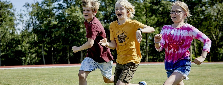 Sommerskole - børn der leger på mark